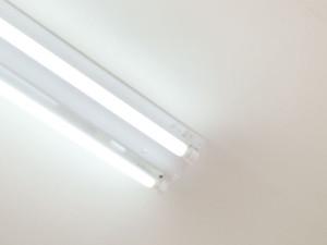 全ての蛍光灯を飛散防止の樹脂製に交換しています。